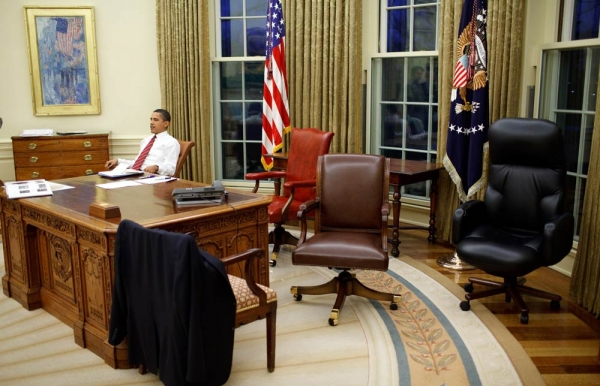 Barack_Obama_trying_differents_swivel_chairs